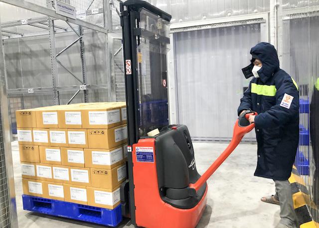 Nhân viên VNVC vận chuyển một lô vaccine AstraZeneca vào kho lạnh hồi đầu tháng 8. Ảnh: VnExpress..