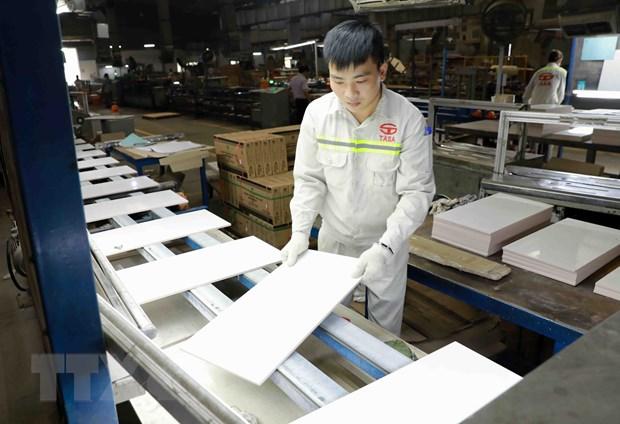 Dây chuyền sản xuất gạch men phục vụ thị trường trong nước và xuất khẩu của Công ty CP gạch men TASA, khu Công nghiệp Thụy Vân, tỉnh Phú Thọ. Ảnh: Vũ Sinh/TTXVN