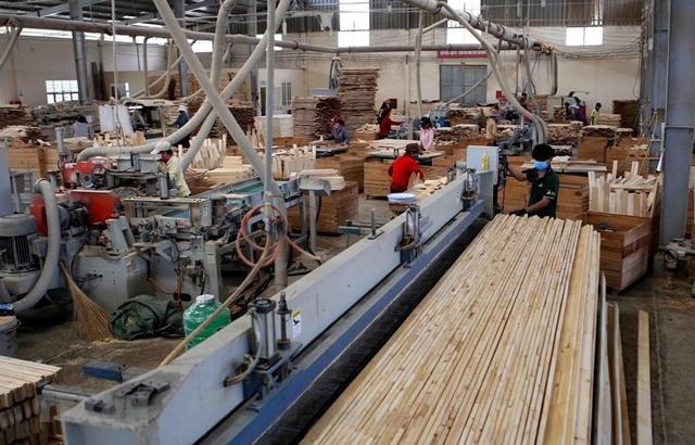 Sản xuất gỗ xuất khẩu tại Công ty TNHH khai thác, chế biến lâm sản Đà Lạt (Lâm Đồng). (Ảnh: TTXVN)