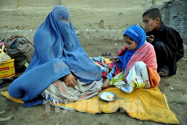 Người Afghanistan chờ được trở về nhà ở Kabul, sau một thời gian dài tị nạn tránh xung đột tại Peshawar, Pakistan. Ảnh: AFP/TTXVN
