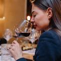 """<p class=""""Normal""""> Vang đỏ khá phổ biến nên những chiếc ly vang đỏ cũng gần như trở thành biểu tượng khi nhắc đến rượu vang. Ly thường có kích thước lớn, thân cao và bầu rượu lớn hình oval phình to ở phía dưới và thu nhỏ dần về phía miệng ly. Khi thưởng thức rượu vang đỏ, người uống chỉ rót 1/3 ly và nên cầm ở phần đế hoặc thân ly rượu để tránh nhiệt độ của bàn tay làm ảnh hưởng chất lượng của rượu. Nếu đặt tay vào cốc rượu, có thể làm rượu vang đỏ bị tăng độ cồn. Ảnh: <i>Stocksy</i></p>"""