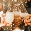 """<p> <span style=""""color:rgb(0,0,0);"""">Có 2 loại ly uống rượu champagne là flute và tulip. Không chỉ uống champagne, hai loại ly này còn có thể dùng với các loại rượu sủi như Sparkling hay những loại có bọt khí và mùi thơm nhẹ. Ly được làm bằng thủy tinh trong suốt tuyệt đối giúp người uống có thể quan sát được các bọt khí bên trong ly. Rượu sẽ được rót vào đây với tỷ lệ ¾. Ly flute nhìn khá thon gọn và có bề mặt nhỏ hơn ly tulip. Ảnh:<i>Pexels</i></span></p>"""
