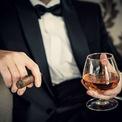 """<p class=""""Normal""""> Ly cognac. Loại ly được sử dụng để uống rượu Brandy (tên gọi chung của các loại rượu mạnh) hoặc Liqueur (rượu mùi) không pha. Ly cognac thường có bầu to để thực khách có không gian để lắc và thưởng thức hương thơm của rượu. Ngoài ra, phần chân ly thường thấp, để người uống phải chạm tay vào phần bầu rượu, làm rượu ấm lên trước khi thưởng thức. Ảnh: <i>Shutterstock</i></p>"""