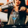 """<p class=""""Normal""""> Ly Cocktail: Loại ly này còn được gọi là Martini thường dùng để uống các loại rượu cocktail lạnh, không cho đá. Đặc trưng của loại ly đẹp mắt này là phần miệng loe to hết cỡ, chân ly cao để hạn chế tối đa việc chạm tay vào bầu rượu, khiến rượu bị truyền hơi ấm từ tay người uống, mất lạnh. Ảnh: <i>Pexels</i></p>"""