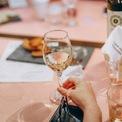 <p> Ly tulip lại trông hiện đại và thời trang hơn flute. Cũng giống như ly rượu vang đỏ, chiếc ly tulip giúp lưu giữ bầu hương khá tốt, khác với ly flute thường bay thẳng hương rượu lên mũi người uống nhiều hơn. Ảnh: <i>Pexels</i></p>