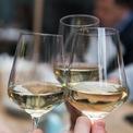 """<p class=""""Normal""""> Vang trắng thường được phục vụ trong những chiếc ly nhỏ hơn rượu vang đỏ. Loại ly này có phần bầu ly cũng gọn hơn và thuôn đều về phía miệng ly. Lý do là rượu vang trắng cần được thưởng thức trong lúc vẫn còn đang lạnh, không nên để lâu quá ngoài môi trường. Chiếc ly nhỏ sẽ giúp cho hương thơm ít bị thăng hoa ra bên ngoài hơn. Khi rót rượu vang trắng vào ly, người ta cũng chỉ rót một phần hai ly để đảm bảo giữ được hương vị của rượu. Cách uống vang trắng không khác vang đỏ là bao, vẫn là cách cầm ở thân hoặc đế ly để tránh làm tăng độ chua và mùi cồn. Sau đó, hãy thưởng thức từ mùi hương cho đến vị ngon của rượu theo các bước giống hệt vang đỏ. Ảnh:<i>Matthieu Joannon / Unsplash</i></p>"""