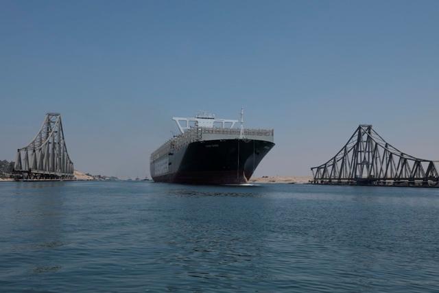 Tàu Ever Given di chuyển qua kênh Suez ngày 20/8. Ảnh: Reuters