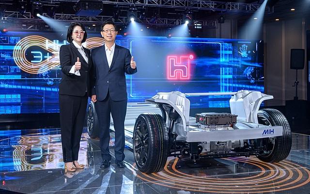 Chủ tịch Foxconn Young Liu (phải) tiếp quản giấc mơ xe điện từ người tiền nhiệm Terry Gou. Ảnh: Foxconn.