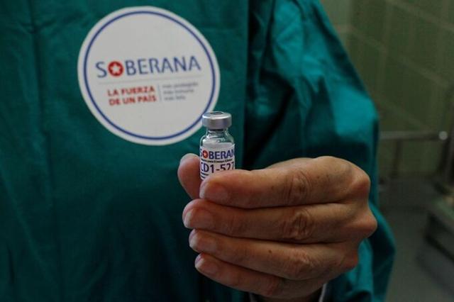 Y tá cầm một liều Soberana-02 ở Havana hồi tháng 3. Ảnh: Reuters.