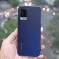 """<p class=""""Normal""""> <strong>Vivo V21 5G (9,49 triệu đồng)</strong></p> <p class=""""Normal""""> V21 là smartphone đầu tiên trang bị chống rung quang học cho camera trước độ phân giải 44 megapixel. Máy có 3 camera sau với camera chính 64 megapixel, camera góc siêu rộng 8 megapixel và camera đo độ sâu trường ảnh 2 megapixel.</p> <p class=""""Normal""""> Model này cũng là smartphone tầm trung đầu tiên hỗ trợ 5G của Vivo tại Việt Nam. Vivo trang bị cho sản phẩm màn hình AMOLED kích thước 6,44 inch độ phân giải FullHD+.</p> <p class=""""Normal""""> V21 được trang bị chip xử lý MediaTek Dimensity 800U 5G, RAM 8 GB và bộ nhớ trong 128 GB. Pin dung lượng 4.000 mAh, hỗ trợ sạc nhanh 33W. Đây là smartphone đầu tiên hỗ trợ 5G trên cả hai sim. Máy chạy Android 11 với giao diện FunTouch 11.1.</p>"""