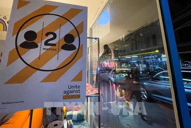 Một biển báo về quy định giãn cách xã hội nhằm chống dịch Covid-19 trên một tuyến phố ở Wellington, New Zealand ngày 17/8. Ảnh: THX/TTXVN