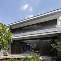 <p> Ngôi nhà có tổng diện tích 418 m2 nằm trong khu dân cư lâu đời của quận Bình Thạnh, TP HCM. Nhàđược23o5 Studio thiết kế cho một gia đình gồm 7 người - 4 thế hệ cùng chung sống.</p>