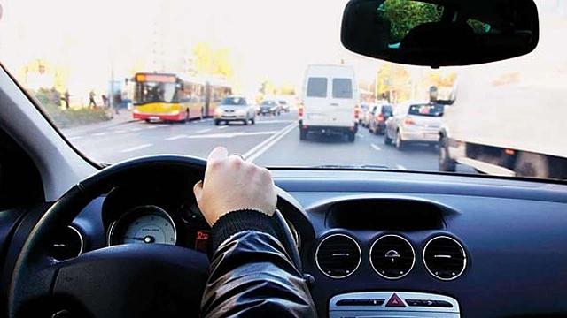 Nếu bạn có tiểu sử từng gây tai nạn khi lái xe hoặc thường xuyên lái xe không an toàn, cũng rất dễ bị từ chối bảo hiểm. Ảnh: DNA India.