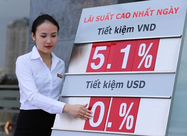 Một số ngân hàng hạ lãi suất tiền gửi, trong bối cảnh giảm lãi suất cho vay hỗ trợ doanh nghiệp. Ảnh: B.L