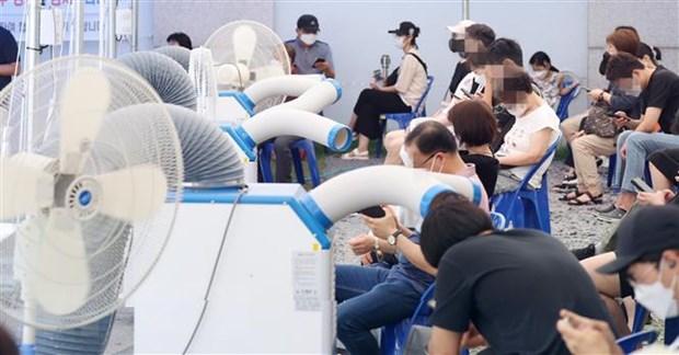 Người dân đợi xét nghiệm Covid-19 tại Yeongdeungpo, tây Seoul, Hàn Quốc, ngày 25/7. Ảnh: YONHAP/TTXVN.
