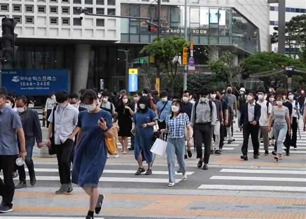 Người dân đeo khẩu trang phòng dịch Covid-19 tại Seoul, Hàn Quốc ngày 8/7/2021. (Ảnh: THX/TTXVN)