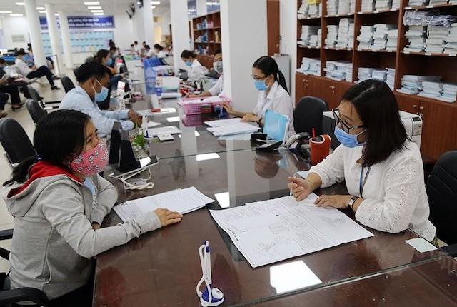 Cán bộ giải quyết thủ tục hành chính cho người dân tại Bộ phận tiếp nhận và trả kết quả khu vực 3, TP Thủ Đức, TP.HCM.