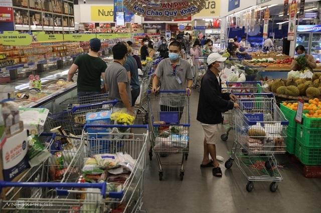 Người dân xếp hàng mua đồ ở siêu thị Mega (TP Thủ Đức) chiều 20/8. Ảnh: Quỳnh Trần