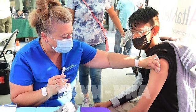 Tiêm vaccine ngừa COVID-19 cho người dân tại Los Angeles, bang California, Mỹ ngày 17/8/2021. Ảnh: AFP/TTXVN