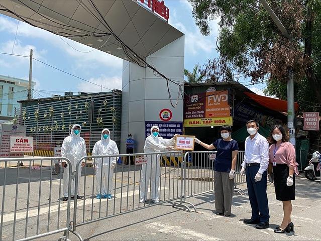 Thứ trưởng Bộ Y tế Trần Văn Thuấn (thứ 2 từ phải sang) cùng đại diện CTCP Chứng khoán SSI ủng hộ các bác sĩ tại Bệnh viện K cơ sở Tân triều (Hà Nội).