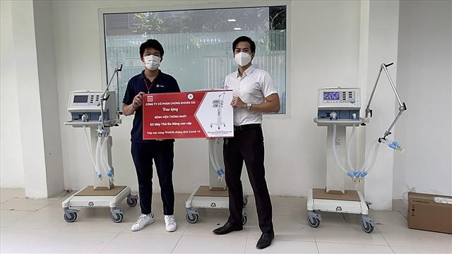 Trao 3 máy thở cao cấp cho Bệnh viện Thống nhất TP HCM.