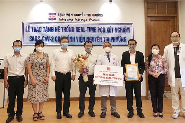 Bác sĩ Võ Đức Chiến – GĐ Bệnh viện Nguyễn Tri Phương (áo blouse trắng – giữa) trong ngày nhận Hệ thống xét nghiệm realtime RT-PCR từ Đại diện SSI. Ảnh SSI