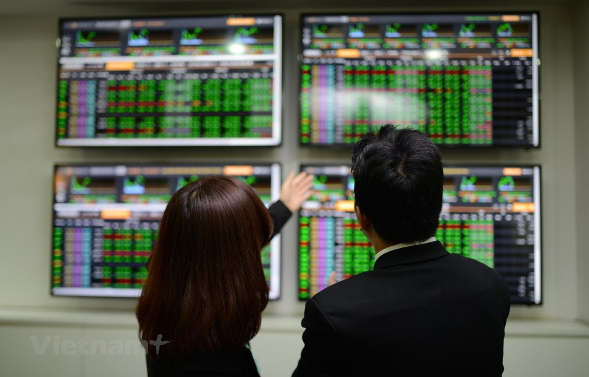 Cổ phiếu chứng khoán đua nhau lao dốc, VN-Index giảm nhẹ