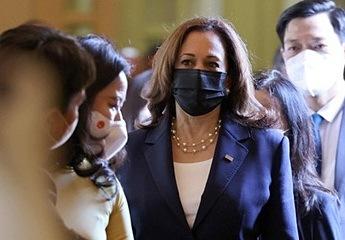 Vòng ngọc trai kết thưa 'nữ tính' Phó Tổng thống Mỹ Kamala Harris đeo khi thăm Việt Nam