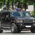 <p> Chiếc Hummer H2 chống đạn của lực lượng an ninh Việt Nam cũng xuất hiện trong đoàn hộ tống. Hummer H2 là mẫu xe mà hãng con của GM phát triển từ 2002-2009 cho thị trường Mỹ. Xe được trang bị động cơ V8 6.2L mạnh 393 mã lực. Thân xe và kính có khả năng chống đạn. Gầm và lốp xe có thể chịu được lựu đạn và mìn cỡ nhỏ. Loại xe này được dùng để tiếp cận mục tiêu, chống khủng bố, giải cứu con tin và có khả năng tác chiến trên nhiều loại địa hình.</p>