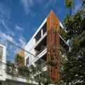 <p> Thay vì có một khoảng sân lớn như nhiều ngôi nhà khác,Ladesignstudio đã tạo ra đa dạng khoảng sân vườn ở các cao độ khác nhau, phù hợp với cấu trúc nhà phát triển theo chiều cao và cả chiều ngang.</p>