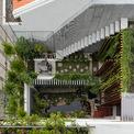 """<p class=""""Normal""""> Sau một năm thiết kế và thi công, 2 căn nhà (mỗi căn có diện tích 170 m2) ở Nha Trang đều mang diện mạo mới. Ngôi nhà cấp 4 vốn cho thuê được dành riêng làm nơi thư giãn của gia đình với hồ cá, sân chơi đa năng và vườn.</p>"""