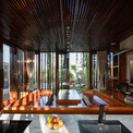 <p> Trong nhà, màu nâu của nội thất gỗ kết hợp với màu trắng xám của tường, sàn và các vật liệu khác như kính nhằm mang tới sự ấm áp, gần gũi.</p>