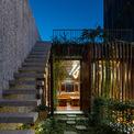 """<p> Vườn trên mái được thiết kế để thích ứng với khí hậu nhiệt đới, đồng thời tăng sự kết nối với con người với thiên nhiên. Vườn rau, ao cá cũng gợi nhắc đến không gian, lối sống, văn hóa truyền thống.</p> <p> Ngoài mặt tiền, """"rèm"""" cây xanh cùng hệ lam gỗ có tác dụng giảm bức xạ nhiệt, mang lại bóng mát cho căn nhà và khiến gia chủ thích thú mỗi khi trở về sau một ngày làm việc</p>"""