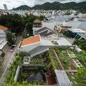 <p> Ở tầng hai, một khoảng sân vườn ngoài trời được tạo ra để kết nối với không gian trong nhà cũng như không gian trung chuyển đến vườn rau trên mái qua vế thang tạo hình tự nhiên, không để lộ kết cấu.</p> <p> Khu vườn rộng 70 m2, là nơi gia chủ trồng rau, cây ăn quả và nuôi gà. Không chỉ có đủ thực phẩm mỗi ngày, gia chủ còn có sản phẩm dư tặng hàng xóm.</p>