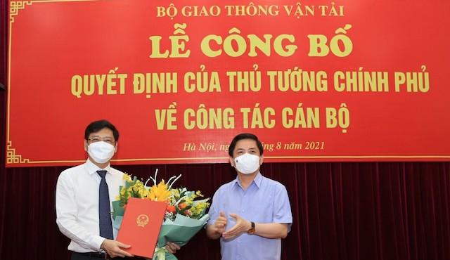 Bộ trưởng Nguyễn Văn Thể trao quyết định và chúc mừng tân Thứ trưởng Nguyễn Xuân Sang.