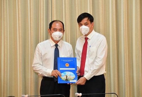 Phó Chủ tịch UBND TPHCM Lê Hòa Bình trao quyết định cho PGS-TS Tăng Chí Thượng.