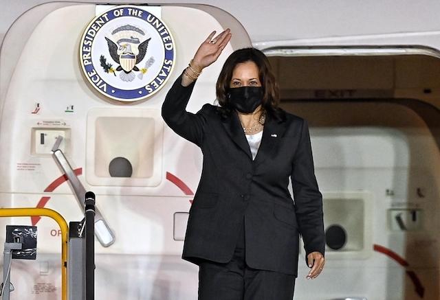 [Caption]Phó tổng thống Mỹ Kamala Harris bước ra khỏi chuyên cơ Không lực Hai tại sân bay Nội Bài tối qua.