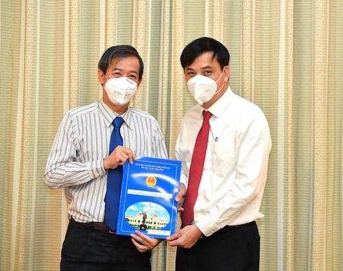 Phó Chủ tịch UBND TPHCM Lê Hòa Bình trao quyết định bổ nhiệm Phó Giám đốc Sở Y tế cho TS-BS Nguyễn Văn Vĩnh Châu