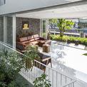 <p> Vì vậy, ngôi nhà đượcMW archstudio thiết kế theo hướng tận dụng gió, ánh sáng tự nhiên nên không cần ánh sáng nhân tạo vào ban ngày và không cần máy điều hòa không khí. Vào ban đêm, nó được thắp sáng bằng bóng đèn led, tiết kiệm điện.</p>