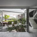 <p> Các không gian sinh hoạt, ô thoáng đều đón ánh sáng tự nhiên giữa các tầng, cây xanh được bố trí thông suốt lan tỏa bên trong nhà (các phòng đều có 2 mặt thoáng giữa các tầng, cây xanh 2 bên).</p>