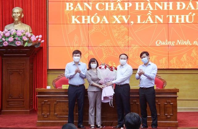 Thường trực Tỉnh ủy Quảng Ninh tặng hoa chúc mừng tân Phó Bí thư Tỉnh ủy Quảng Ninh Trịnh Thị Minh Thanh.