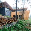 <p> Ngôi nhà là kết quả của hành trình tìm kiếm vẻ đẹp của kiến trúc trong sự giao thoa giữa văn hóa và môi trường. Ở đó, kiến trúc sư Phạm Thanh Huy đã tìm kiếm sự hài hòa của kiến trúc, nội thất, vật liệu và kỹ thuật gỗ tự nhiên để tạo nên một công trình tinh tế và bền vững.</p>