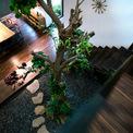 <p> Mặt tiền được ốp bằng một lớp gỗ teak kết hợp với đá nhám. Lối vào khu vực sảnh là những bậc đá tự nhiên nhô lên trên thảm cỏ. Gỗ tự nhiên và đồ nội thất theo phong cách Bắc Âu làm nên thiết kế đơn giản của phòng khách.</p>