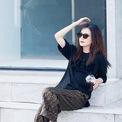 <p> Triệu Vy là gương mặt đại diện của thương hiệu thời trang Fendi. Cô diện cả cây Fendi gồm áo thun đen, quần lụa họa tiết FF đặc trưng khi dạo phố. Bộ đồ được hoàn thiện với đôi giày mũi nhọn xuyên thấu tinh tế, đẹp mắt. Ảnh: <em>Fendi</em></p>