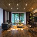 <p> Tầng trệt có phòng khách, bếp, phòng ăn hướng ra sân trước, vườn sau và một phòng ngủ nhỏ ở tầng lửng. Tại chiếu nghỉ của cầu thang là lối vào phòng ngủ trên gác lửng. Phòng khách liền kề với phòng ngủ chính ở tầng một..</p>