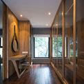 <p> Sự chăm chút của các kiến trúc sư được thể hiện trong việc sử dụng các vật liệu chuyển tiếp: bậc đá tự nhiên ở hai góc khác nhau, các tấm gỗ lớn kết nối khu vườn dưới cầu thang và sàn gỗ, đá kết hợp với gỗ, mang đến cho không gian nội thất một cảm giác ấm cúng theo phong cách tối giản.</p>