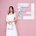 <p> Hình ảnh của Triệu Vy khi làm khách mời show Fendi ở Thượng Hải. Cô cầm trong tay chiếc túi xách của thương hiệu này. Ảnh: <em>Sina</em></p>