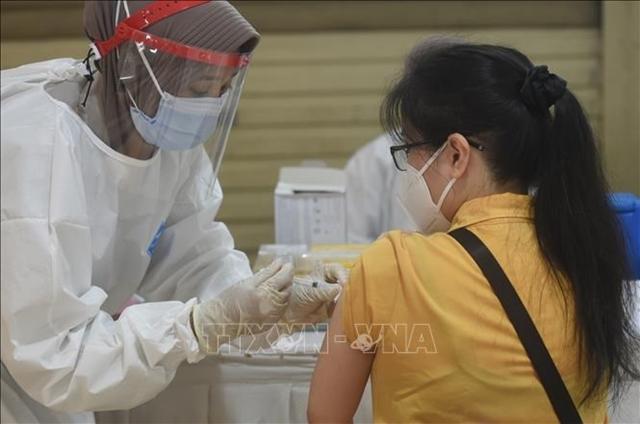 Nhân viên y tế tiêm vaccine Covid-19 cho người dân tại Jakarta, Indonesia. Ảnh: THX/ TTXVN