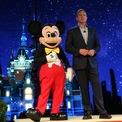 <p> Tháng 12/2017, gã khổng lồ giải trí Mỹ Walt Disney tuyên bố mua lại mảng kinh doanh giải trí của công ty truyền thông đa quốc gia 21st Century Fox với giá 52,4 tỷ USD. Đến tháng 3/2019, Walt Disney thông báo hoàn tất thương vụ thâu tóm trị giá 71 tỷ USD với 21st Century Fox. Theo thỏa thuận, Disney sẽ nhận các tài sản như kênh truyền hình cáp FX và National Geographic, xưởng phim 20th Century Fox và thêm 30% cổ phần trong dịch vụ truyền hình theo yêu cầu Hulu. (Ảnh: <em>Getty Images</em>)</p>