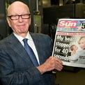 <p> Năm 1968, Murdoch thực hiện thương vụ đầu tiên ở Anh với việc mua lại tờ News of the World – một tờ báo phát hành hàng tuần. Một năm sau đó, ông thâu tóm nhật báo The Sun. Theo <em>The Times</em>, Murdoch đã sử dụng những tờ báo mới mua của mình để ca ngợi Margaret Thatcher, người vào thời điểm đó đang vận động để trở thành Thủ tướng Anh. Điều này đánh dấu sự thay đổi so với sự ủng hộ trước đây của The Sun đối với đảng Lao động. (Ảnh: <em>Getty Images/Handout</em>)</p>